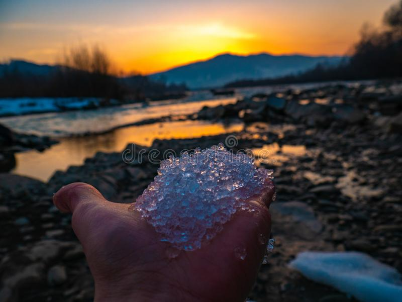 Piedras hermosas del paisaje en el lago de la montaña, la reflexión, el cielo azul y la luz del sol amarilla en salida del sol uc foto de archivo