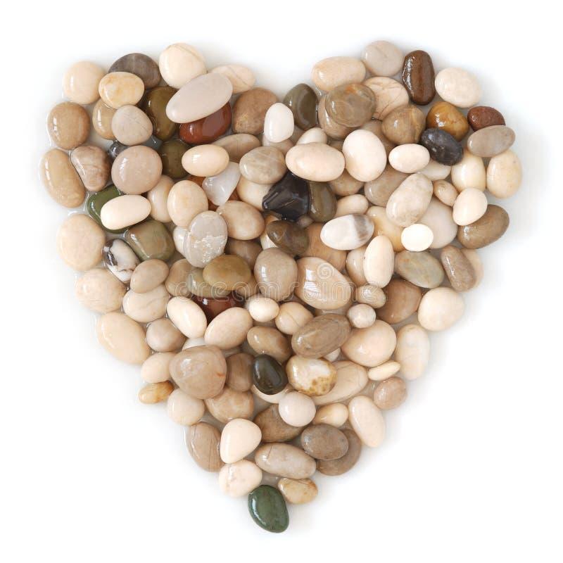 Piedras mojadas en forma de corazón de la playa fotos de archivo libres de regalías