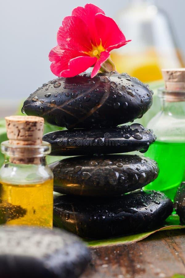 Piedras negras de equilibrio del masaje fotografía de archivo libre de regalías
