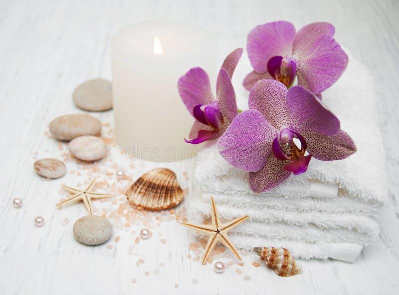 Piedras, orquídeas y vela del balneario fotografía de archivo libre de regalías