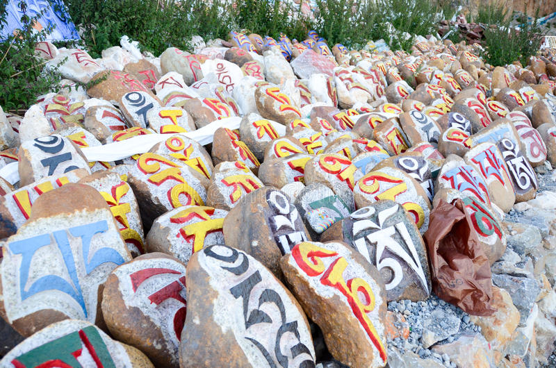 Piedras pintadas en Tíbet imágenes de archivo libres de regalías