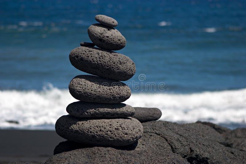 Piedras por el mar imagenes de archivo