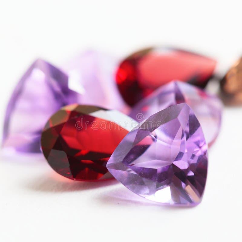 Piedras preciosas coloridas con la piedra de la amatista imagen de archivo