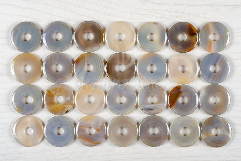 Piedras semipreciosas en forma de anillo puestas plano de la ágata azul del cordón fotos de archivo libres de regalías