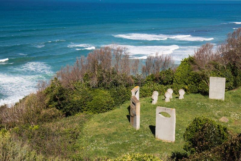 Piedras sepulcrales del monumento de guerra en el sendero costero atlántico en el bidart, Francia fotos de archivo