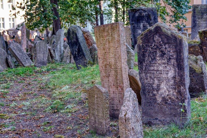 Piedras sepulcrales en cementerio judío viejo en el cuarto judío en Praga imágenes de archivo libres de regalías