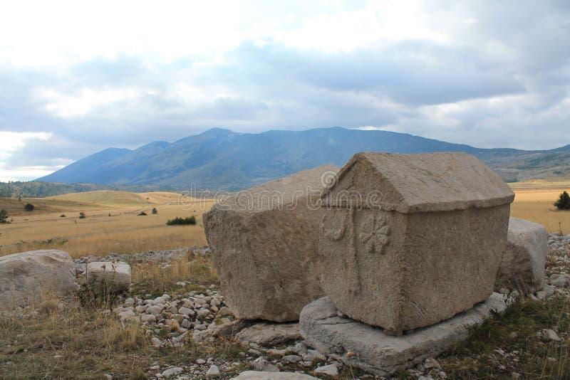 Piedras sepulcrales en una meseta Dugo Polje imágenes de archivo libres de regalías