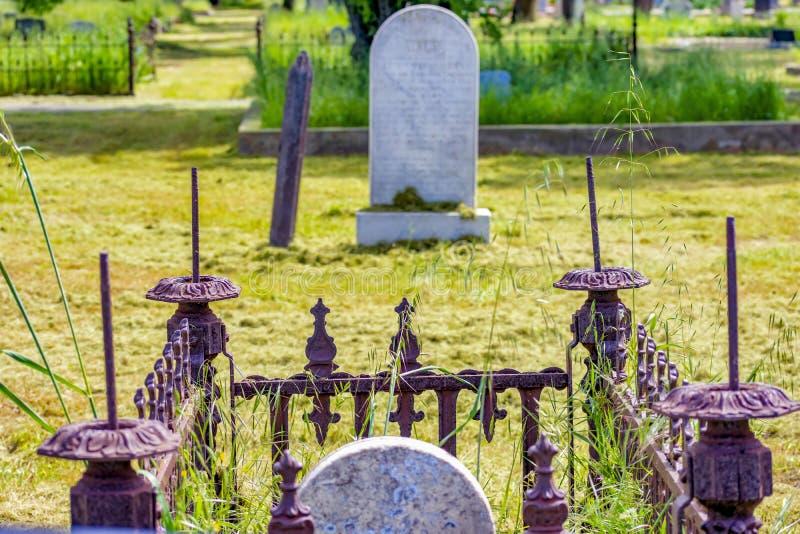 Piedras sepulcrales extrañas en el cementerio del transbordador de los caballeros foto de archivo