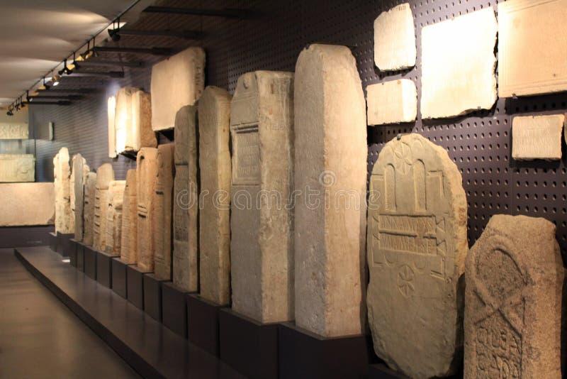 Piedras sepulcrales talladas romanas en el museo arqueológico de Lisboa fotos de archivo libres de regalías