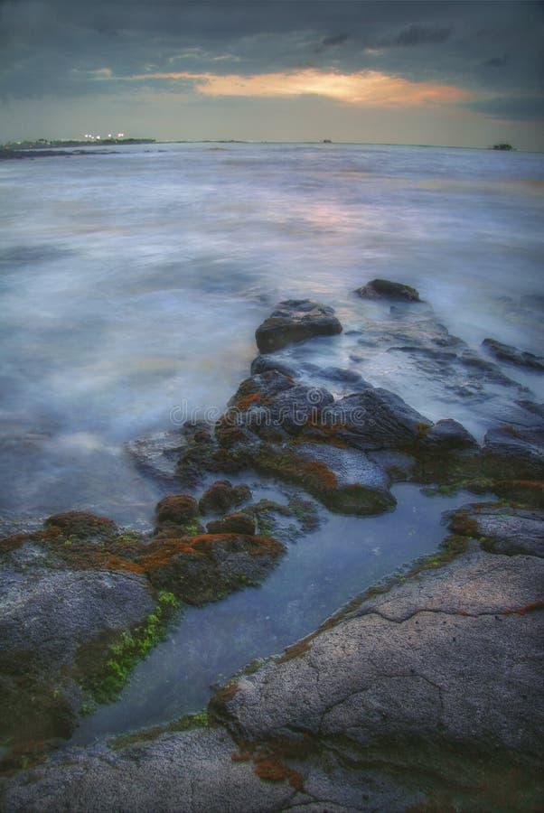 Piedras volcánicas de Hawaii en el mar foto de archivo