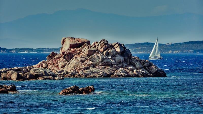 Piedras y barco en el mar fotos de archivo