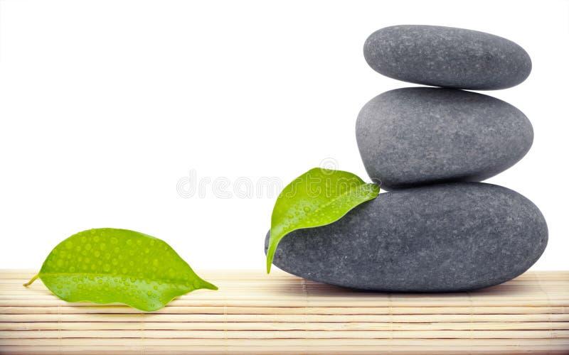Piedras y hojas del zen foto de archivo libre de regalías