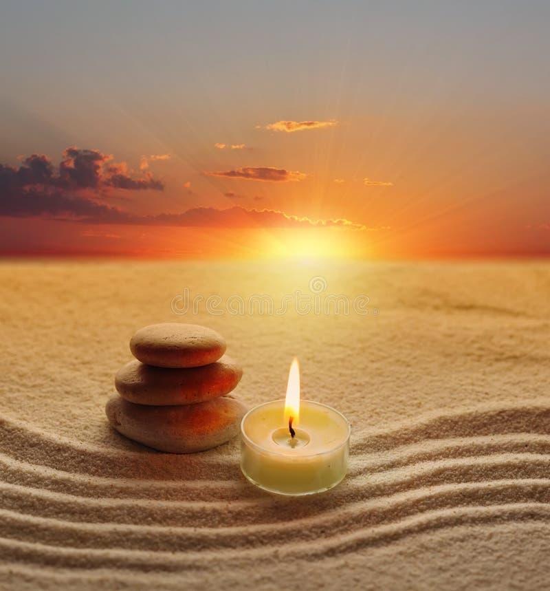 Piedras y luz de la vela foto de archivo libre de regalías