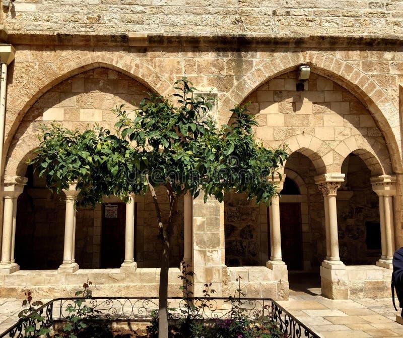 piedras y naturaleza y templo de madera en Palestina imagenes de archivo