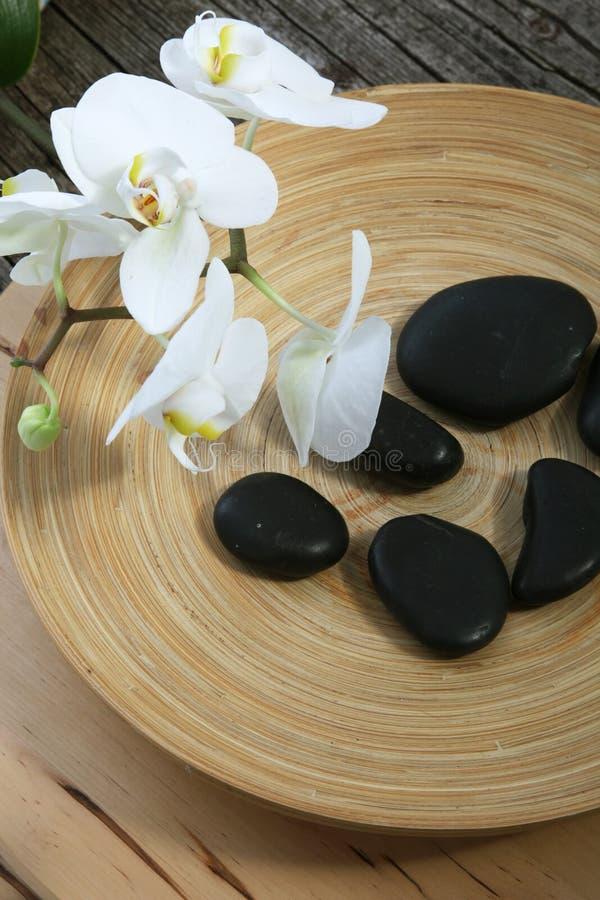 Piedras y orquídeas del masaje del balneario fotos de archivo libres de regalías