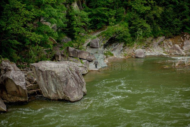Piedras y río de la montaña con la pequeña cascada, fondo borroso, el flujo de un río de la montaña fotos de archivo libres de regalías