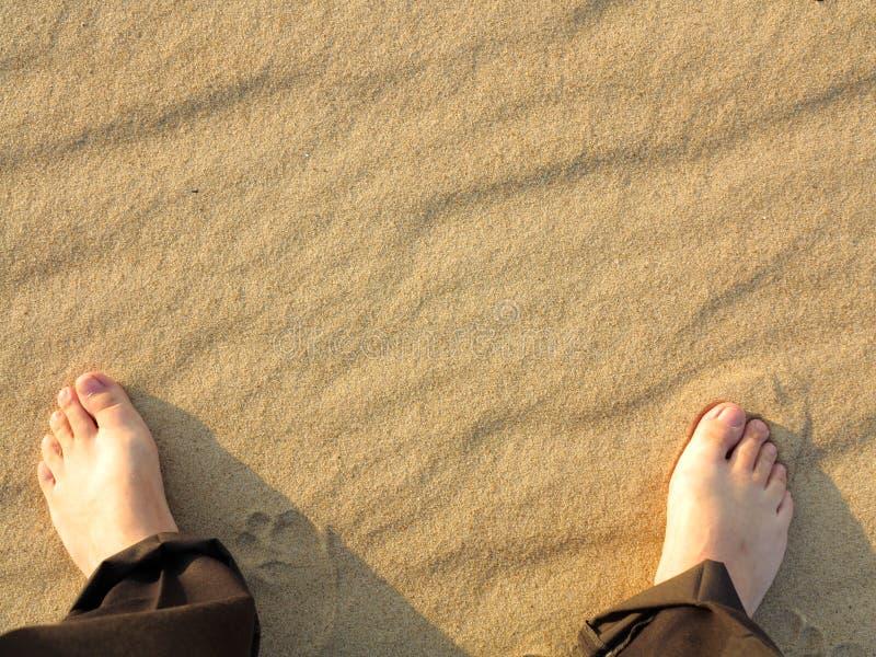 Pieds à sable jaune onduleux de fond et de mâle de texture photo libre de droits