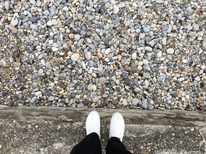 Pieds au-dessus de pierre photo libre de droits
