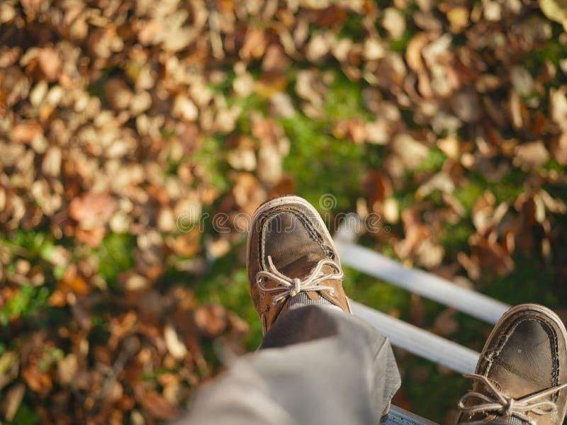 Pieds au-dessus du feuillage d'automne photos libres de droits