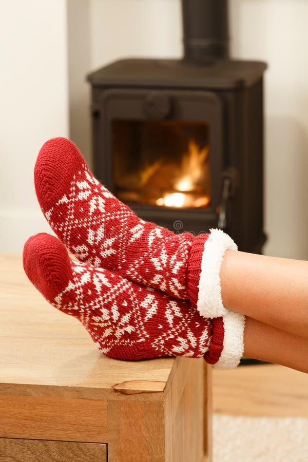 Pieds dans des chaussettes de Noël photo stock