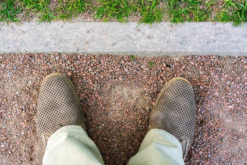 Pieds dans des chaussures brunes photographie stock libre de droits