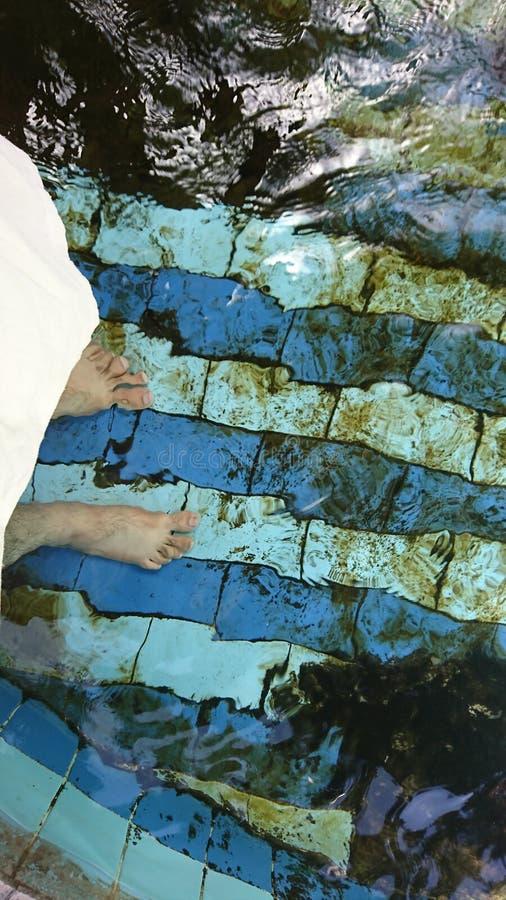 Pieds dans l'eau image libre de droits