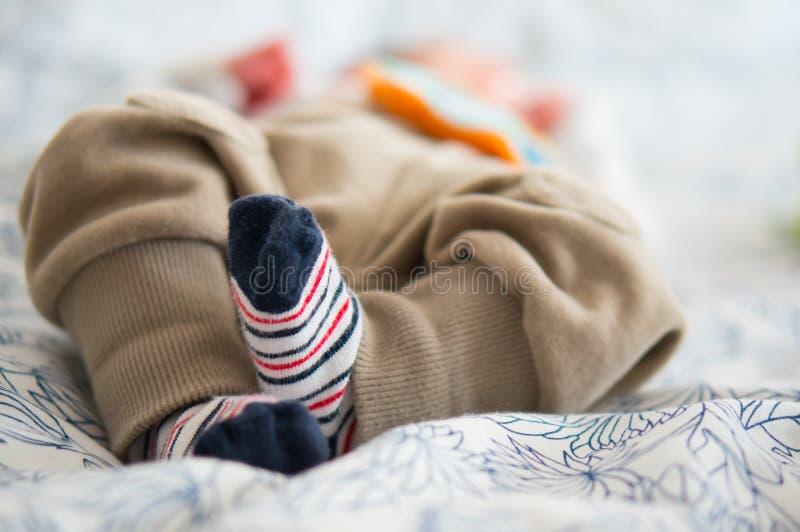 Pieds de bébé dans les chaussettes photo libre de droits