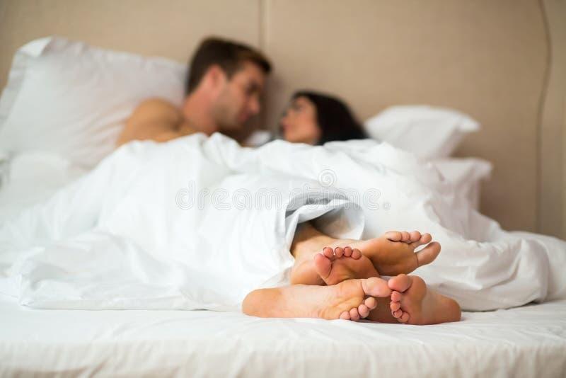 pieds de couples dans le lit image stock image du amour mari 88401337. Black Bedroom Furniture Sets. Home Design Ideas