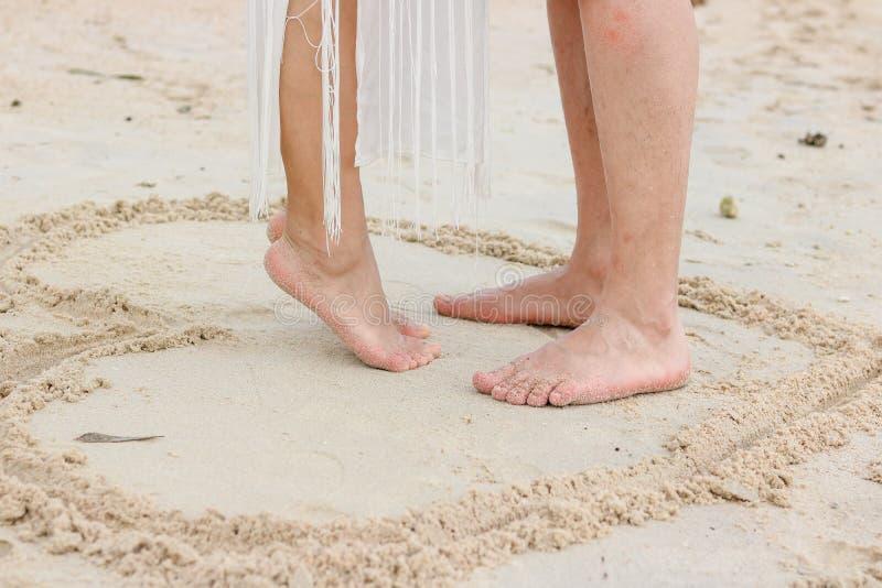 Pieds de couples sur la plage photo libre de droits