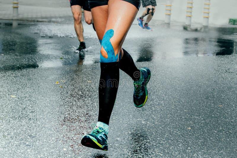 Pieds de coureurs de fille dans des chaussettes de compression photographie stock
