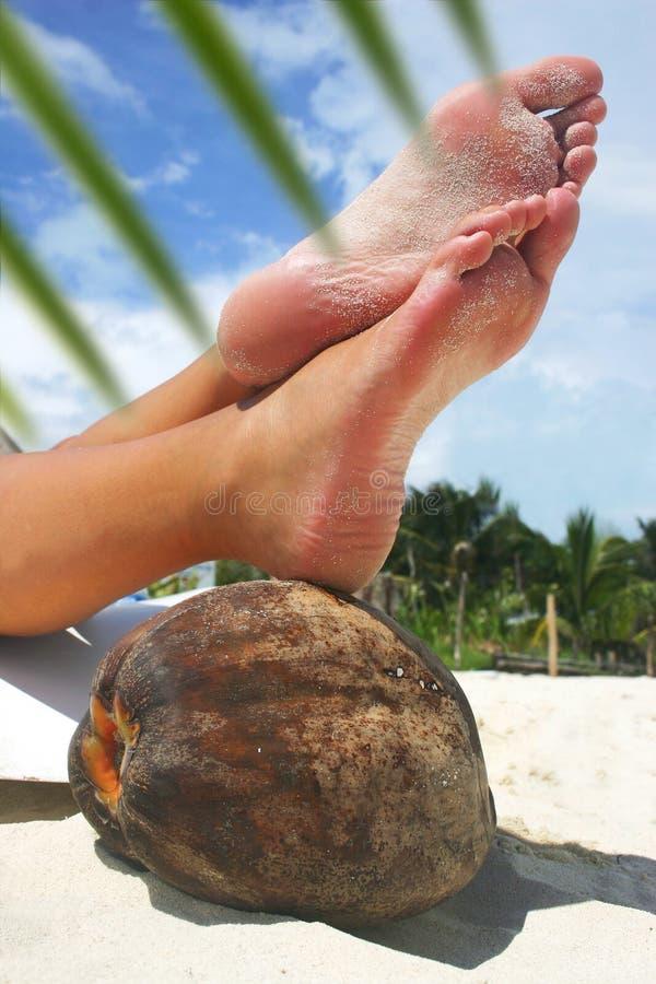 Pieds de détente de plage images stock