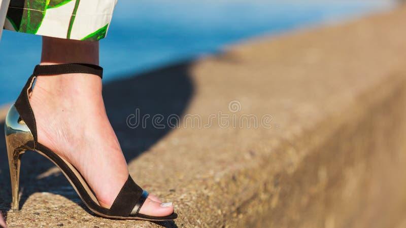 Pieds de femme dans des chaussures d'été de talons hauts photo libre de droits