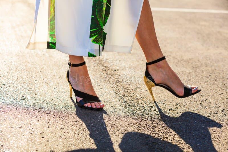 Pieds de femme dans des chaussures d'?t? de talons hauts photographie stock