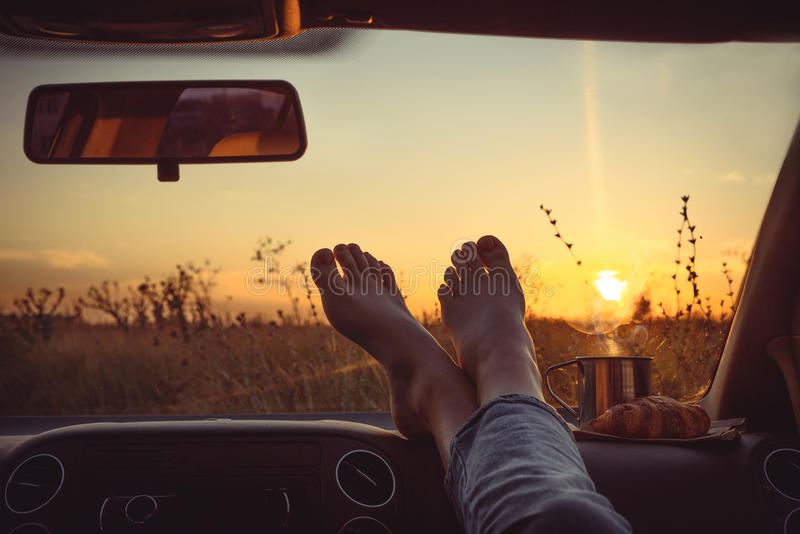 pieds de femme sur le tableau de bord de voiture image stock image du fond automobile 95736799. Black Bedroom Furniture Sets. Home Design Ideas