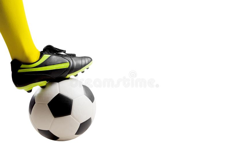 Pieds de footballeur donnant un coup de pied le ballon de football images libres de droits