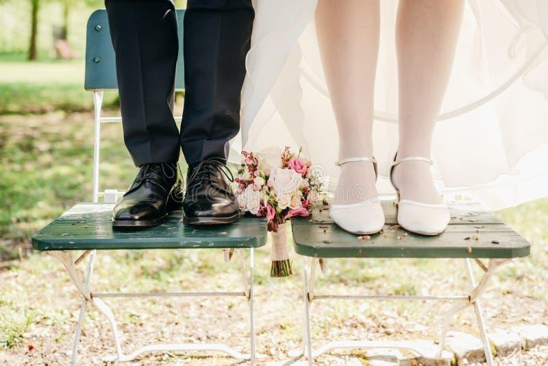 Pieds de jeunes mariés image stock