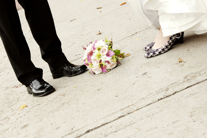 Pieds de mariée et de marié image libre de droits