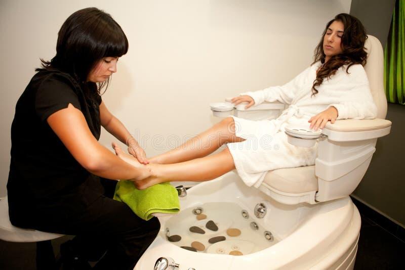 Pieds de massage. Traitement de station thermale. photographie stock libre de droits