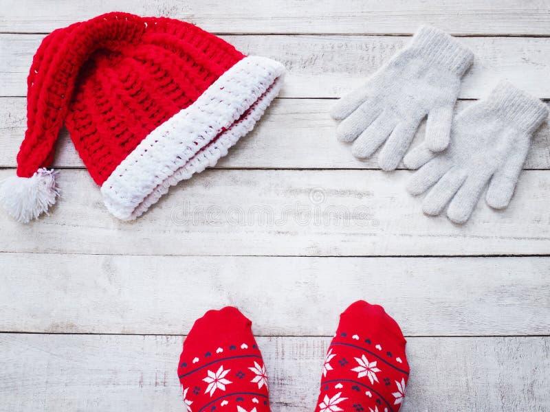 Pieds de Selfie utilisant le chapeau rouge du père noël de chaussette et de travail manuel sur v photos stock