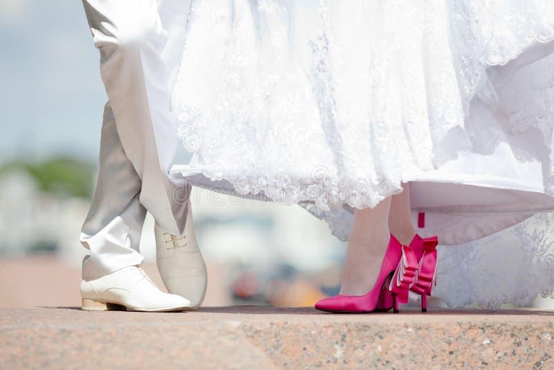 Pieds des jeunes mariés dans des chaussures images libres de droits