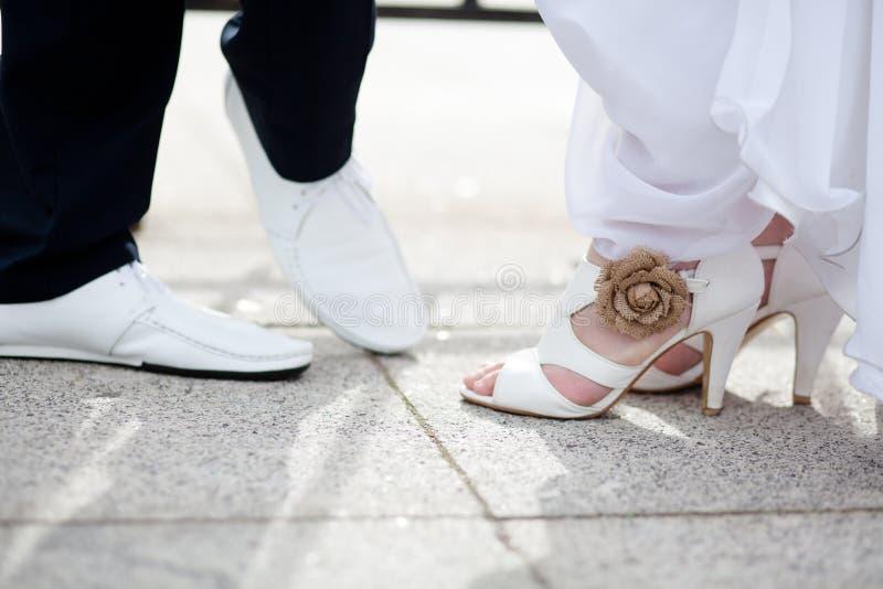 Pieds des jeunes mariés dans des chaussures photo libre de droits