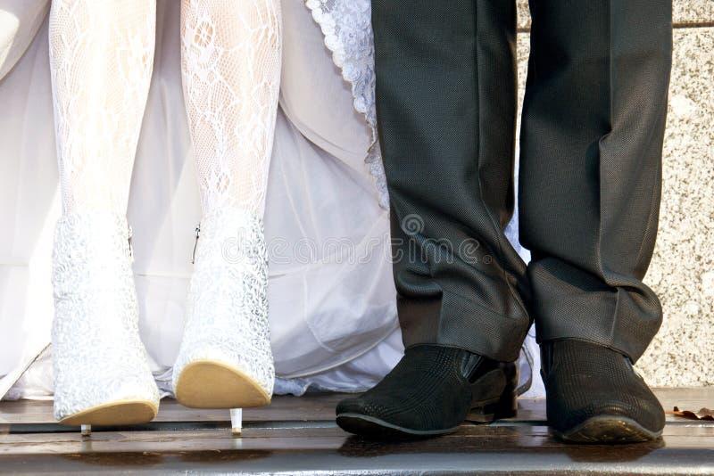 Pieds des jeunes mariés images stock