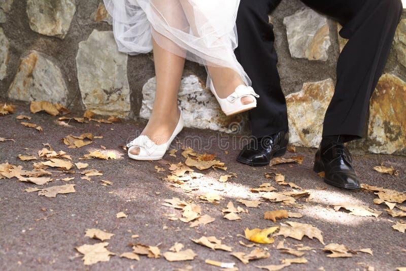 Pieds du ` s de marié et de jeune mariée photographie stock libre de droits