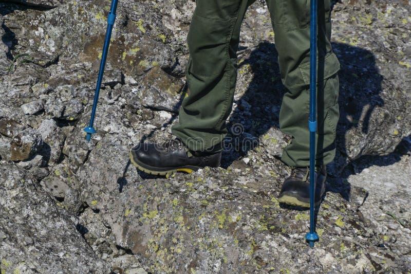 Pieds en augmentant des bottes dans le paysage naturel images libres de droits