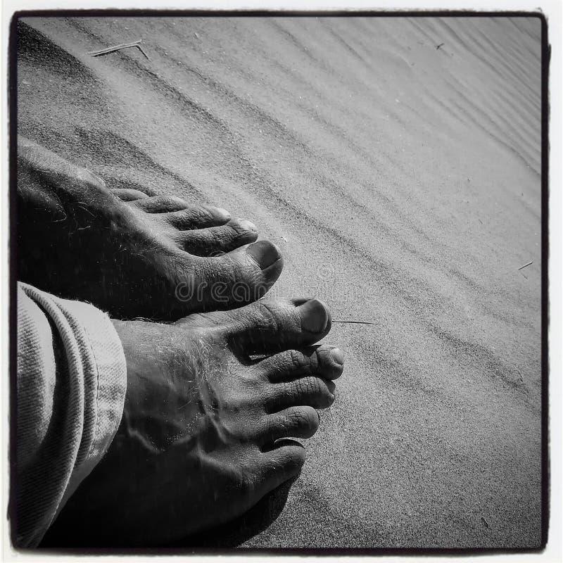 Pieds en sable à la plage images libres de droits
