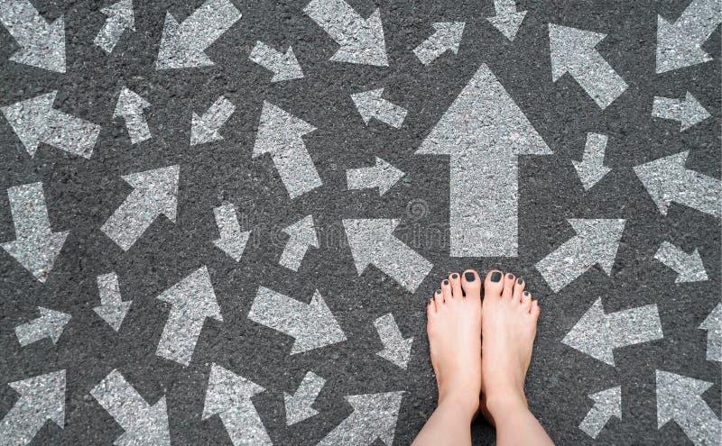 Pieds et fl?ches sur la route Concept bien choisi de flèche blanche Pieds nus de femme avec Gray Nail Polish Manicure Standing su image libre de droits