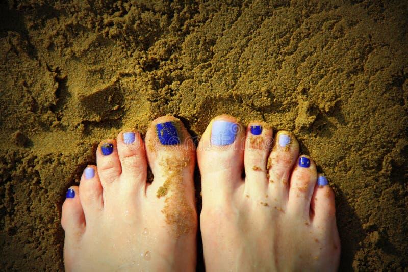 Pieds et sable gentils photos libres de droits