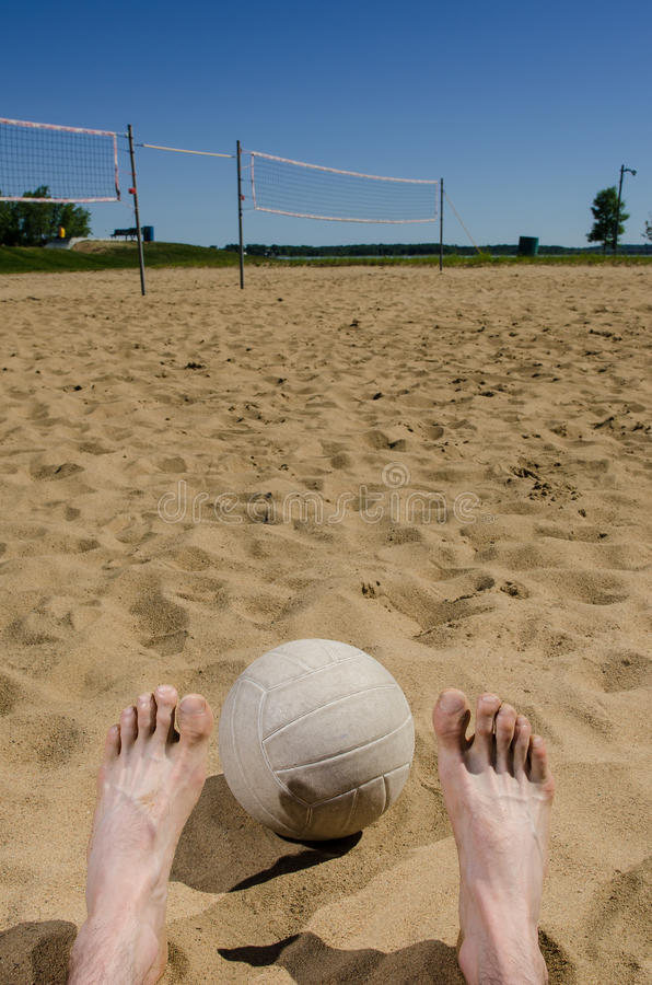 Pieds et volleyball de plage photos stock