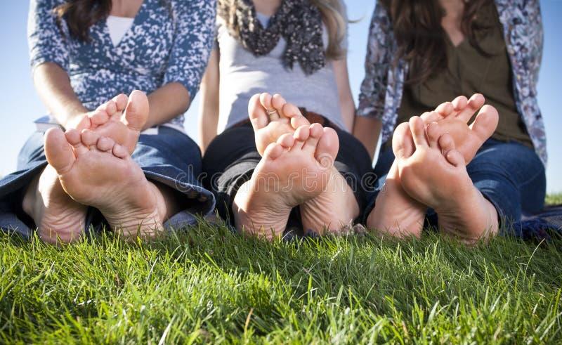 Pieds femelles aux pieds nus à l'extérieur photos stock
