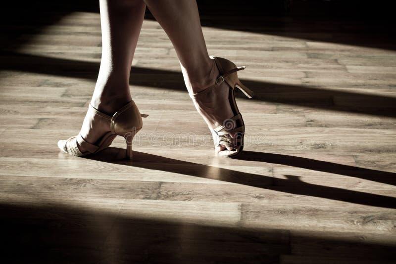 Pieds femelles sur la piste de danse images libres de droits